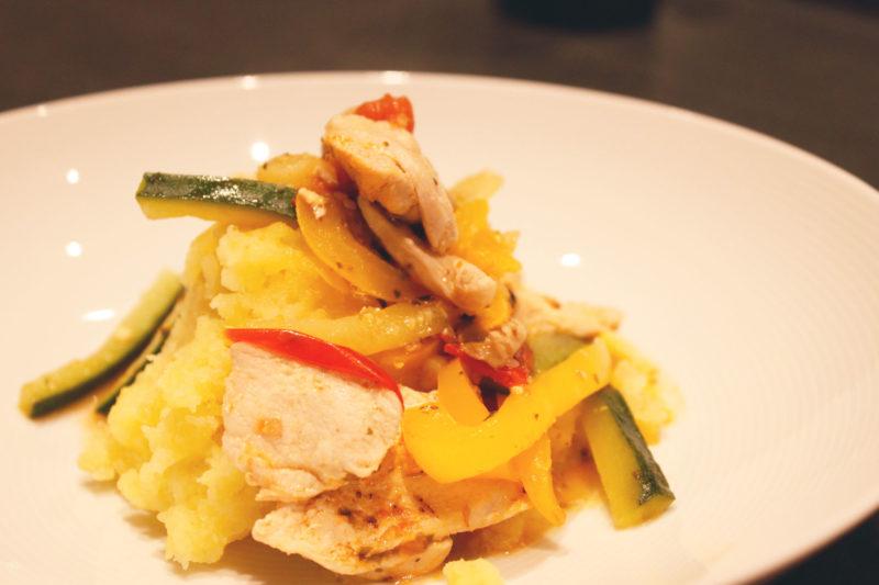 PouletKnuspersteak-Streifen mit Gemüse und Kartoffelstock